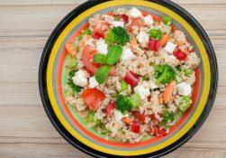 Insalata di quinoa con mandorle e feta